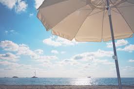 ビーチにたてたリゾートパラソルの画像おしゃれなフリー写真素材
