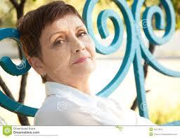 Portretten Van Aantrekkelijke Vrouw Met Kort Haar 50 Jaar In De Pa