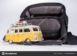 Witzige Retro Auto Mit Surfbrett Und Großen Koffer Stockfoto