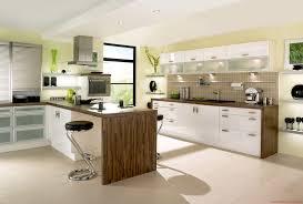 Schöne Küche Design Trends Mit Holzboden und Weiß Bat Eisen Stühle