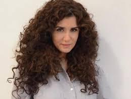 تسريحات شعر ويفي من وحي النجمات لإطلالة طبيعية مجلة سيدتي