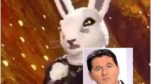Il cantante mascherato, dietro il Coniglio Teo Mammucari ...