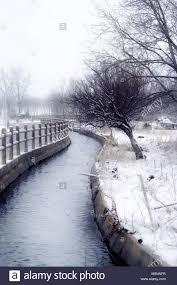 rivière entourée d un paysage enneigé