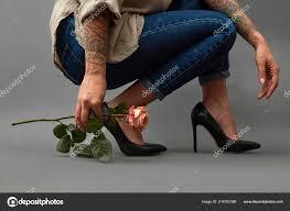 розовый цветок руках девушка тату корточках стильная девушка высоких