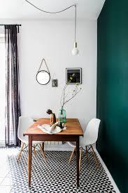 Minimalistischer Essplatz Vor Grüner Wand Mit Eames Stühlen