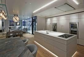 Kücheninsel Beleuchtung Grau Minimalistisch Indirekt Naturstein Esstisch