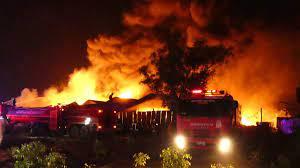 ระทึกกลางดึก ไฟไหม้โรงงานรีไซเคิล ขนาด 30 ไร่ คนงานหลายสิบชีวิต  หนีตายชุลมุน - ข่าวสด