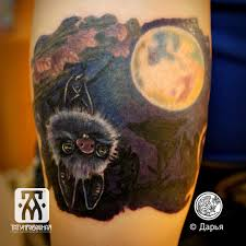татуировка летучая мышь на руке метла тату