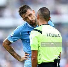 Francesco Acerbi of Lazio reclami with the referee Marco Guida during...  Foto di attualità - Getty Images