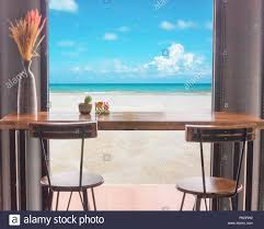 Tisch Und Stühle Vor Dem Fenster Mit Blick Auf Das Meer Stockfoto