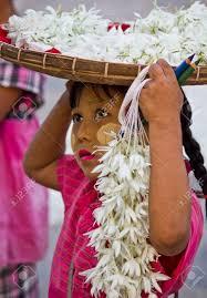 Joven Flores Al Vendedor Una Niña Vendiendo Flores En La Calle De Rangún,  En Birmania Myanmar En La Cara Que Tiene La Típica Crema Sandal-Azafrán  Para Proteger La Piel Del Sol Fotos,