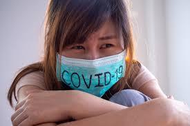 Asian woman worry and fears wearing mask, escribe covid-19 la situación de  la infección por el virus 2019-ncov en wuhan. plaga mortal del mundo  concepto enmascarado para proteger el coronavirus | Foto