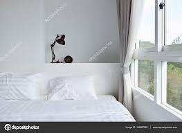 Moderne Lamp Op Houten Nachtkastje In Witte Moderne Slaapkamer