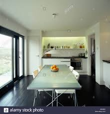 Weiße Stühle An Undurchsichtigen Glasplatte Tisch In Moderne