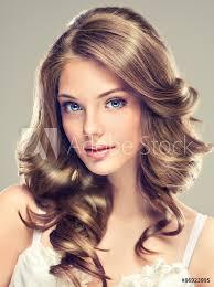 Fotografie Obraz Krásná Mladá Dívka S Dlouhými Kudrnatými Vlasy