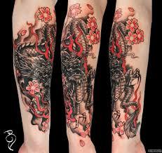 дракон в черном цвете и цветы сакуры добавлено сергей бэдя
