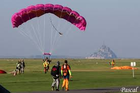 """Résultat de recherche d'images pour """"saut en parachute mont saint michel"""""""