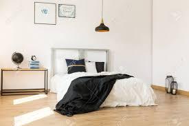 Geräumiges Minimalistisches Schlafzimmer Mit Stilvollem Modernem