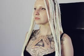 забитые девушки чем живут татуированные модели девушка