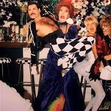"Freddie Mercury with Kurt Raab, Ingrid Mack e Jo Dare during the making of  ""Living On My Own"" promotional vi… | Queen freddie mercury, Freddie  mercury, Queen videos"
