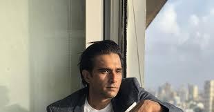 Pochodzi z indii.jest absolwentem emerson college w bostonie.po ukończeniu studiów był aktorem teatralnym w bombaju.w 2005 zagrał epizodyczną rolę harsha w indyjskim serialu astitva ek prem kahani.w 2007 w komediowym serialu halo, tu bombaj.w 2009 w indyjskiej komedii the president is coming (reż. Indian Producer Vivek Gomber On His Venice Return With The Disciple Features Screen