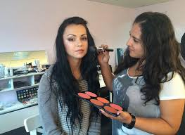 make up cles and courses are taught by professional makeup artists and specialists who carry out the procedure for many years
