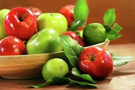 green and red apples. but red apples will have anthocyanins and green not. the amount of anthocyanin found in skin vary because gene is o