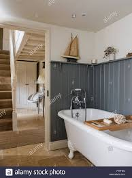 Weiß Freistehende Badewanne Mit Rack Und Ornamente Auf Dem