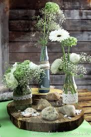 Blumendeko In Alten Flaschen Mit Spitze Und Jute Dekoriert Auf