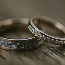 murray co jewellers supplied the couple s wedding rings with darrach choosing a gold band with a white gold centre and a traditional celtic design in
