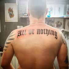 фото тату в стиле надписи на спине парня фото рисунки эскизы