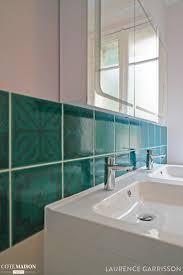 Carrelage Bleu Turquoise Dans Une Salle De Bains Blanche Tiles