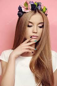 Krásná Mladá Dívka S Dlouhé Rovné Vlasy Světlé Květinové čelenka