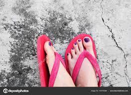 ペディキュアを爪します紫梨花 Selfie サンダル足爪セメント背景の