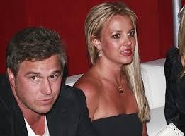 La rumeur dit qu'elle sortirait avec son agent jason trawick et que leur relation serait très sérieuse. La star a même reçu la benediction de son papa ... - britney-spears-amoureuse-de-jason-trawick1