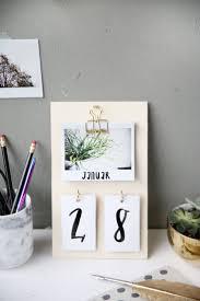 kreative diy idee zum selbermachen diy kalender basteln aus sperrholz und instax sofortbildern