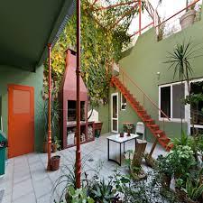 Às vezes, queremos transformar uma área externa das nossas casas, como o quintal ou garagem, mas ficamos com receio de mudar o chão por conta do orçamento ou do caos que uma reforma provoca e acabamos pintando apenas as paredes,. Muros Do Quintal 10 Ideias Para Deixa Los Sensacionais Homify