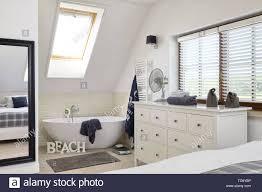 Freistehende Badewanne Und Kommode In Offenen Schlafzimmer