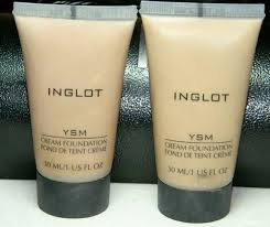 initially it might appear greasy but after some time when it settles down it mi with the skin tone to look natural