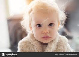 Schattig Babymeisje Met Grappige Krullend Haar Stockfoto Guruxox