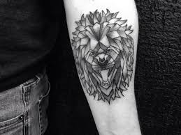 фото татуировки льва в стиле геометрия на предплечье парня фото