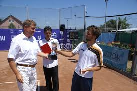 EXCLUSIV | Secretele jucătorului de tenis Klaus Iohannis: cărțile care l-au ajutat să devină un sparring-partner mai bun, lovitura favorită și jucătorul preferat. Viitorul președinte a jucat și în dimineața alegerilor