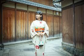京都を着物で歩くのは恥ずかしい京都の街並みに合う着物の選び方とは