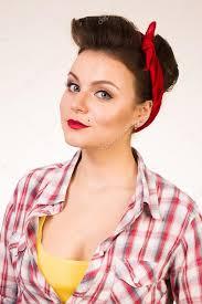 Krásná Mladá žena S Pin Up Make Up A účes Vystupují Nad Růžové