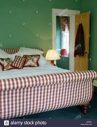 Rot Weiß überprüft Polsterbett Mit Floralen Und Aufgegebenen