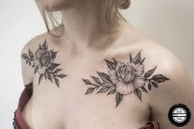 татуировка на груди у девушки цветы фото рисунки эскизы