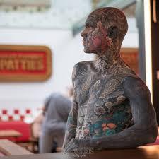 учитель начальных классов полностью забил тело татуировками включая