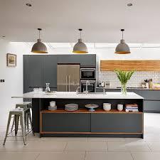 Представете си модерните мебели, лакирани в червено, срещу стената в тъмно сиво или кухнята, сива, с акценти в яркочервено. Siva Kuhnya V Interiora 100 Snimki Cvetovi Kombinacii I Tendencii