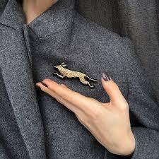 Идеально вписывается на <b>лацкан пиджака</b> или пальто, красавчик ...
