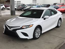 White[Alpine White] 2018 Toyota Camry SE Left Front Corner Photo In Kelowna  BC D